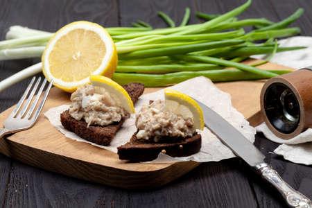 appetizer on black rye bread, jewish forshmak Banco de Imagens