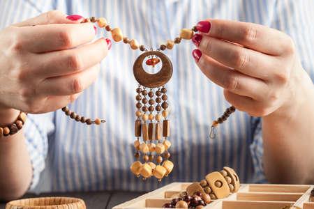 Mujer haciendo joyas en casa