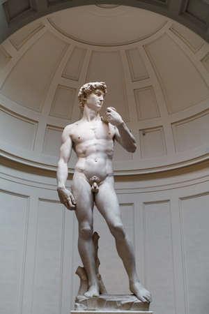 FIRENZE, ITALIA - 21 FEBBRAIO 2019: Le statue di marmo originali del David Michelangelo nella galleria dell'Accademia