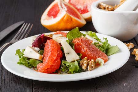 Salat mit Grapefruit und Blauschimmelkäse