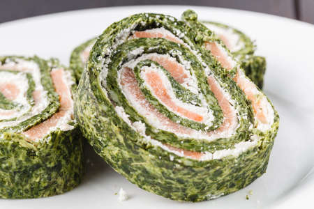 Roll salted salmon, cream cheese and spinach 版權商用圖片