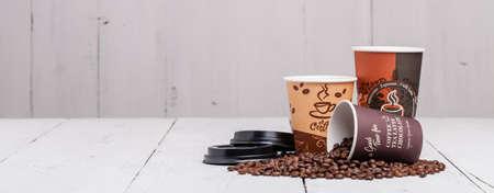 koffieboon met papieren beker op hout achtergrond