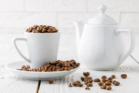 coffee beans from the white ceramic cup Standard-Bild