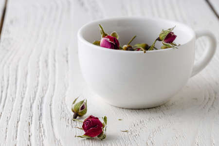 Floral tea with rose hips in bowl Stockfoto