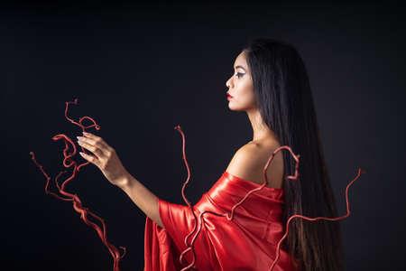 beautyful girl dressed as a geisha in a red kimono 版權商用圖片