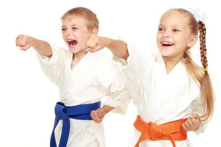 Jongen en meisje in kimono sloeg de hand