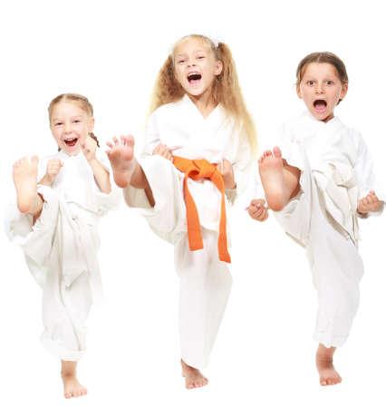 Drei Mädchen im weißen Kimono gekleidet durchführen Punsch