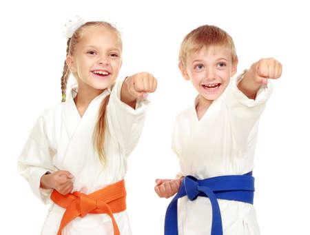 Mädchen und Junge in einem Kimono auf einem weißen Hintergrund Beat Hand Lizenzfreie Bilder