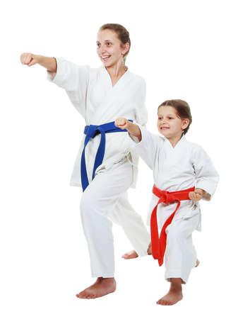 artes marciales: La hermana mayor y el más joven en kimono mano Tiro Foto de archivo
