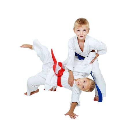 Im Kimono Junge wirft ein Mädchen in einem Kimono isoliert Lizenzfreie Bilder
