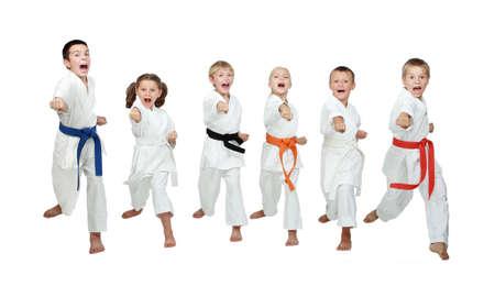 Sechs junge Athleten schlagen Hand Karate-Kick