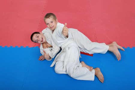 Sportler mit einem weißen und roten Trainings Empfang nach Wurf