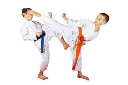 Sportler trainieren gepaart Übungen auf einem weißen Hintergrund