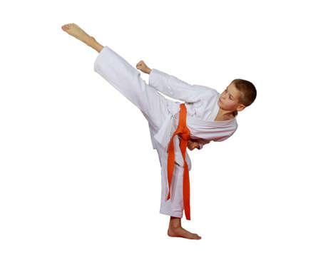 Sportler in einem Kimono schlagen eine kreisförmige High Kick Bein