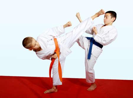 Zwei Athleten beim Sport gepaart Übungen Lizenzfreie Bilder