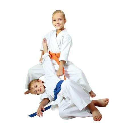 Freundliche Kinder Athleten im Kimono Tun wirft