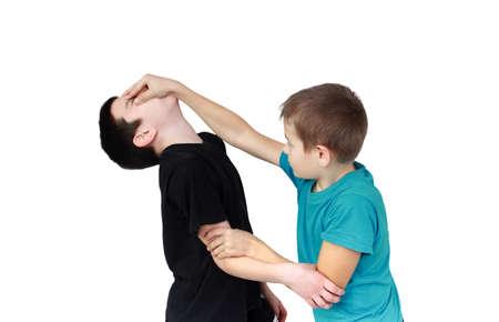 Junge im blauen T-Shirt hält der Rezeption gegen die Junge in einem schwarzen T-Shirt Lizenzfreie Bilder