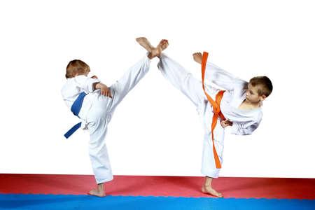 High Kicks Beine zwei Athleten auf dem roten und blauen Matte Ausbildung