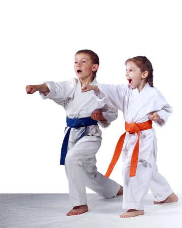 Mit Orange Gurt Mädchen und Jungen mit einem blauen Gürtel sind Schlagen Schläge Arme