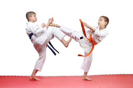jiu jitsu: In karategi two athletes are beating blows kicks Stock Photo