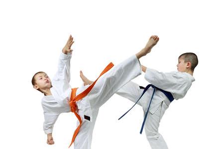 Karate Kids mit orange und blaue Bänder in der Ausbildung