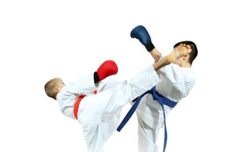 overlays: Sportsmens con diferentes cintas y superposiciones en sus manos est�n golpeando golpes patadas