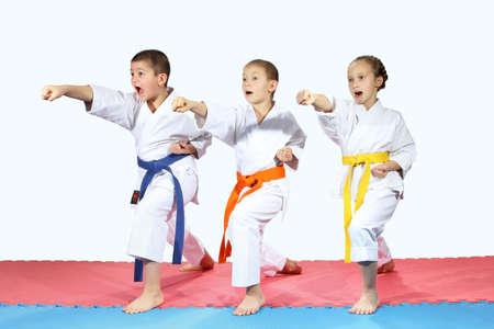 Drei Sportler in karategi sind Schlagen Schläge Arme Lizenzfreie Bilder