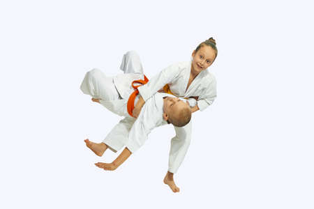 judo: La muchacha está lanzando un tiro deportivo niño