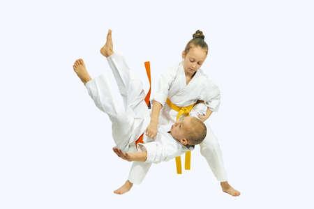 Sportswoman mit einer gelben Gurt macht Wurf Judo