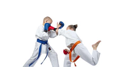 overlays: Ejercicios vinculados karate ni�os est�n entrenando con superposiciones en las manos Foto de archivo