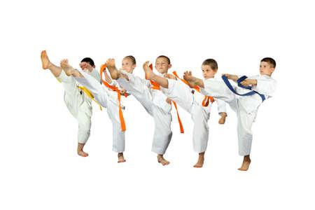 salud y deporte: Protección, niños, deportes, nage, judo, tiros, Sambo, muchachos, karate, jiu-jitsu, defensa personal, artes marciales, la práctica, la fuerza, experiencia, activa, estilo, cinturón amarillo, cinturón naranja, carácter, la seguridad, la victoria , éxito, judogi, salud. Foto de archivo