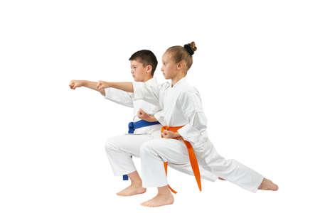 Kinder werden gegen den Schlag gyaku-tsuki in Racks Karate Lizenzfreie Bilder