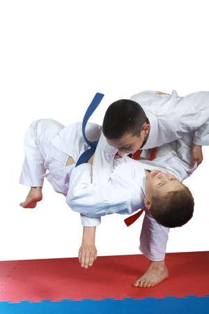 judo: El muchacho con la correa de naranja está haciendo judo tiro
