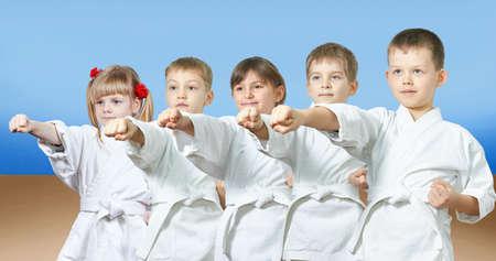 Kinder in karategi schlagen Schlag Arm Lizenzfreie Bilder