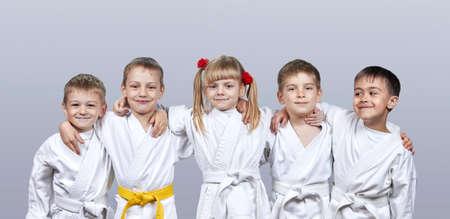 Auf einem grauen Hintergrund kleinen Athleten in karategi Lizenzfreie Bilder