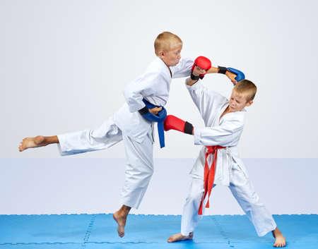 paciencia: En un esteras de azules atletas están entrenando brazo punzón y el bloque