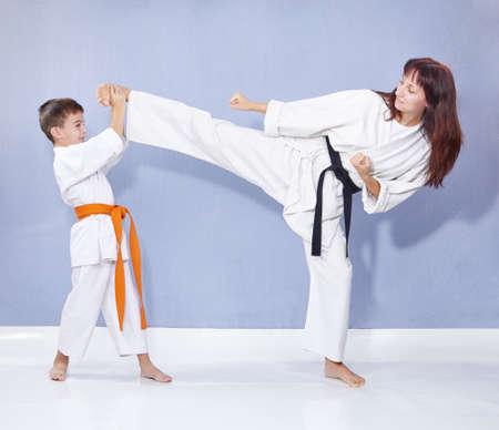 スポーツ家族、蹴り脚をトレーニングします。