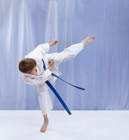 With a blue belt athlete beats kicking