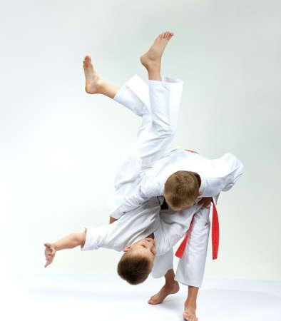 Sportsmens in performing throws judogi Reklamní fotografie - 112396550