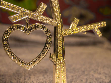 coeur diamant: Gold diamond heart on the blurred background