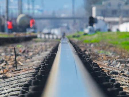 철도의 철도는 멀리 어딘가에 간다. 스톡 콘텐츠