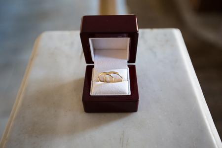 Wedding rings in a brown wooden jewelry box 版權商用圖片