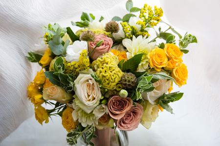 Yellow pink and white roses in the bridal bouquet 版權商用圖片