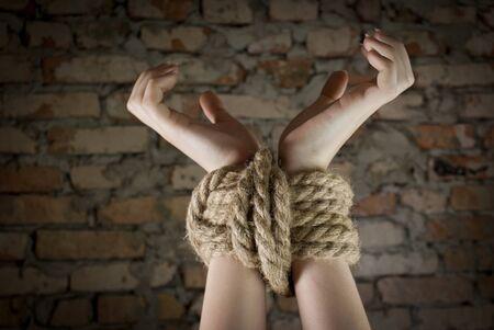 emotional pain: Manos atados con una cuerda