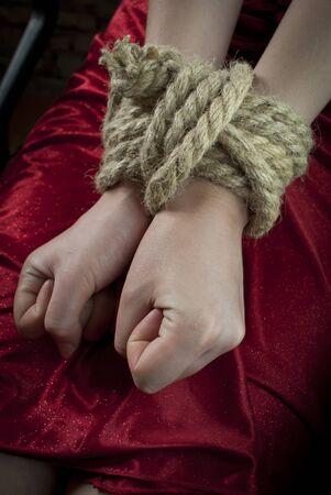 esclavo: Manos atados con una cuerda