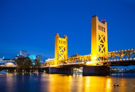 Golden Gates ophaalbrug in Sacramento in de nacht