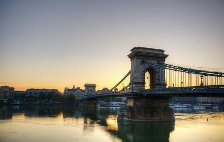 szechenyi: Szechenyi Chain Bridge en Budapest, Hungr�a, en el tiempo de la ma�ana Foto de archivo