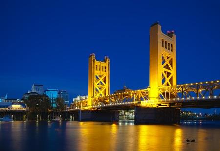 Golden Gates ophaalbrug in Sacramento op de nacht de tijd Stockfoto