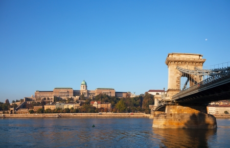 szechenyi: Szechenyi puente colgante en Budapest, Hungr�a, en el tiempo de la ma�ana con el castillo de Buda detr�s de �l