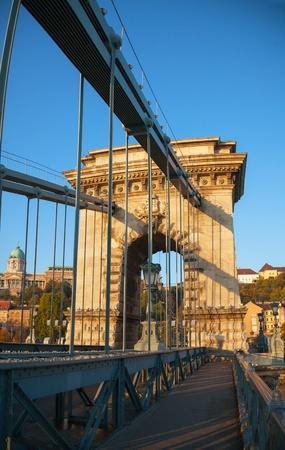 szechenyi: Szechenyi puente colgante en Budapest, Hungr�a, en el tiempo de la ma�ana